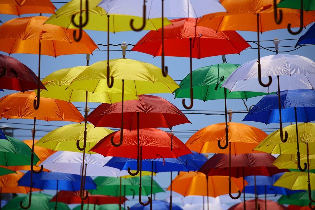 umbrele colorate pe cer